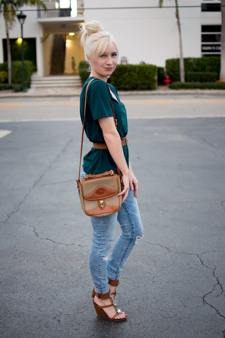 Teal tee, waist belt, ripped jeans, wedges.