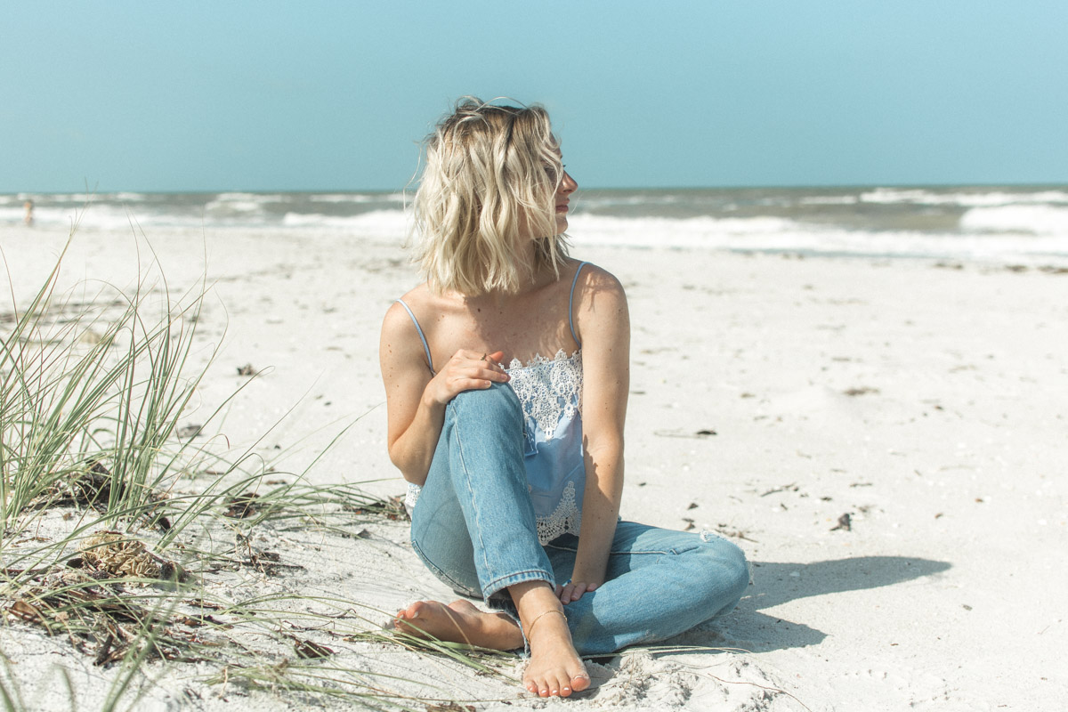 Jenny Bess of Sweet Teal wearing a lace top from Romwe and Levi's from Maude
